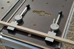 Les 2 serre-joints excentriques et leurs butées. Elles peuvent être utilisées, seules, pour le blocage de pièces (ponçage à bandes,...)