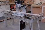 Les servantes supportent les deux parties de la planche coupée à la scie radiale. Elles remplacent avantageusement un piétement (maximum de coupe en équilibre 3 mètres).